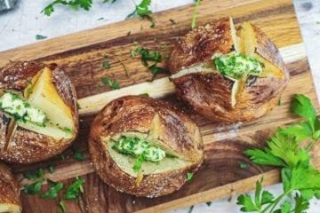 Bagte kartofler - Opskrift med lækker persille/hvidløgssmør