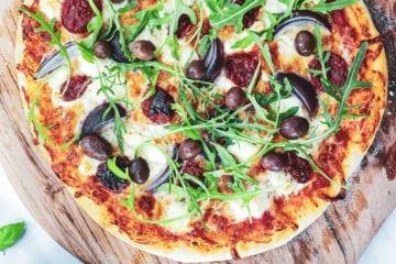 Pizza med feta - Opskrift på græsk inspireret pizza