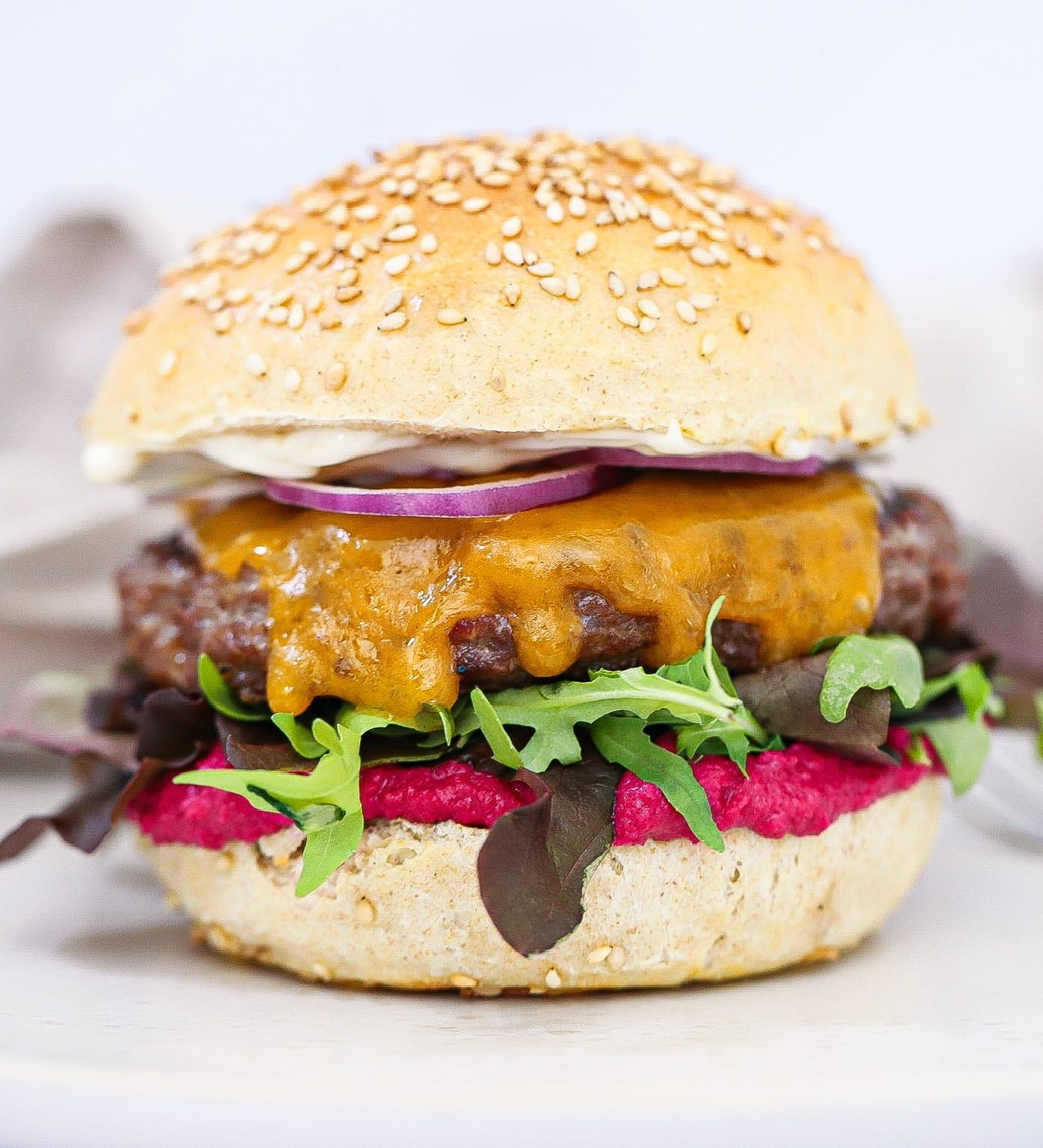 Lammeburger - Opskrift på lammeburger med rødbedehummus