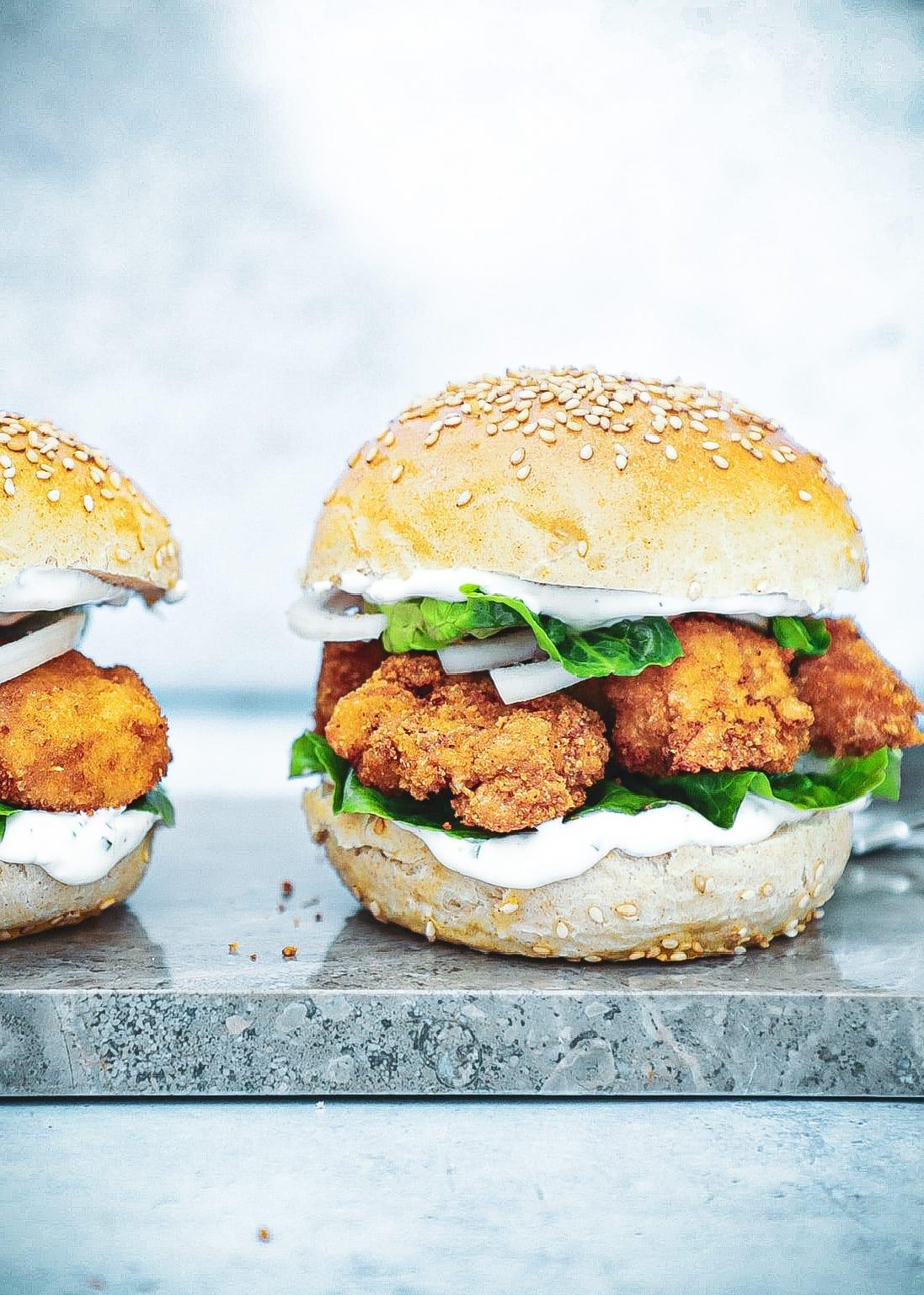 Crispy chicken burger - Opskrift på crispy kylling burger