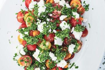 Tomatsalat - Opskrift på tomatsalat med pesto og feta