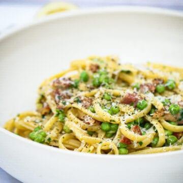 Pasta med bacon og ærter - Opskrift på nem og lækker pasta