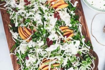 Spidskålssalat med grønkål, nektariner og fetadressing
