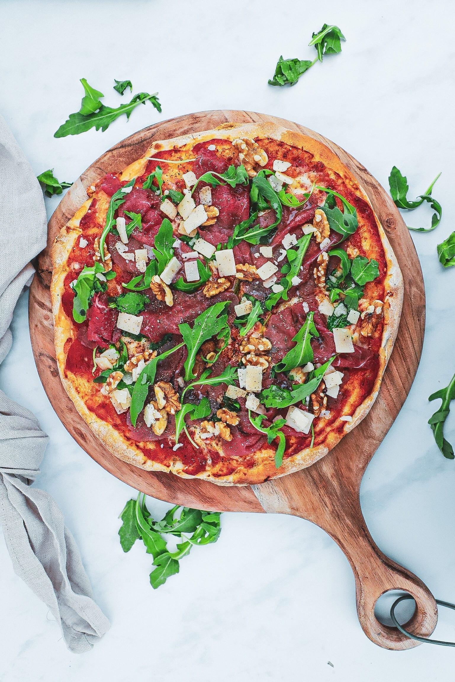 Pizza med carpaccio - Opskrift med valnødder og trøffelolie