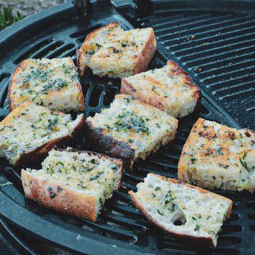 Hvidløgsbrød - Opskrift på grillet brød med hvidløg og persille