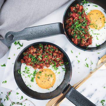 Sund morgenmad - Opskrift på spejlæg toppet med vegetar bolognese