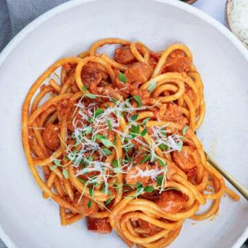 Pølsegryde - Opskrift på pasta med pølser i cremet tomatsauce