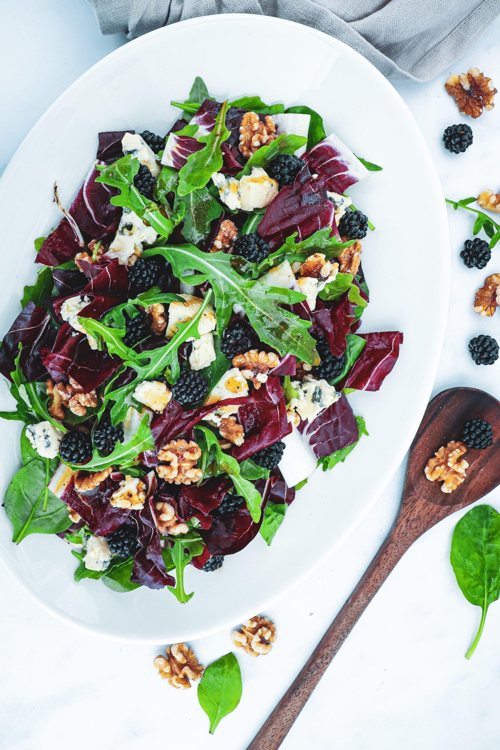 Salat med blåskimmel, valnødder og brombær - Opskrift på skønt tilbehør