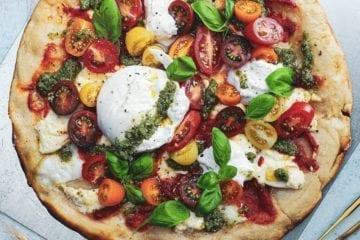 Pizza med burrata og friske tomater - Pizzatopping inspiration