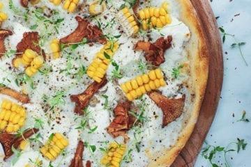 Pizza bianco med kantareller og majs - Inspiration til pizza topping