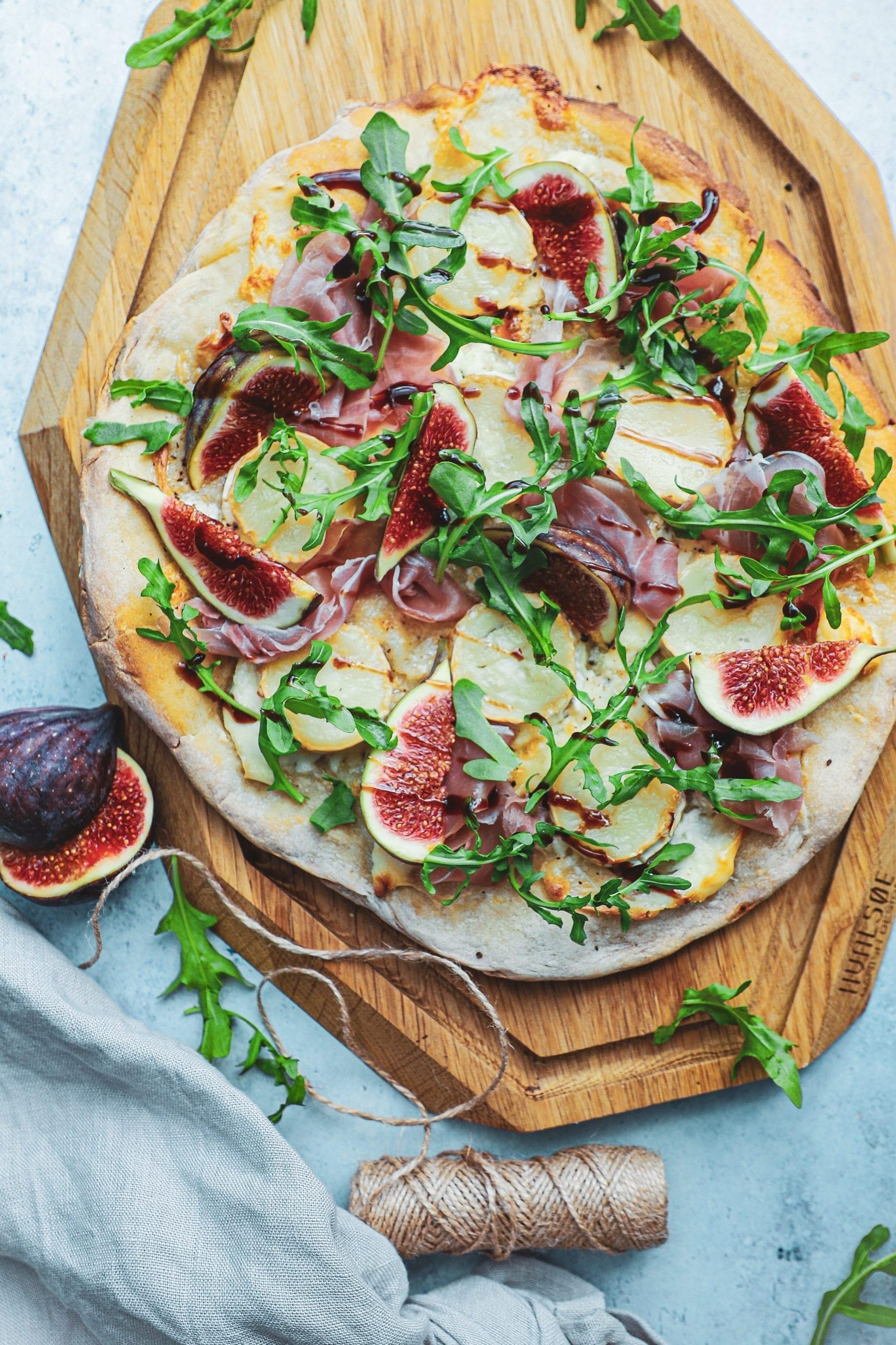 Pizza med serrano, gedeost og friske figner - Inspiration til topping