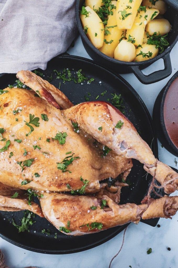 Grydestegt kylling - Opskrift på grydekylling med skysauce