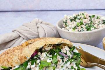 Pitabrød - Opskrift med tun, hytteost og persilledressing