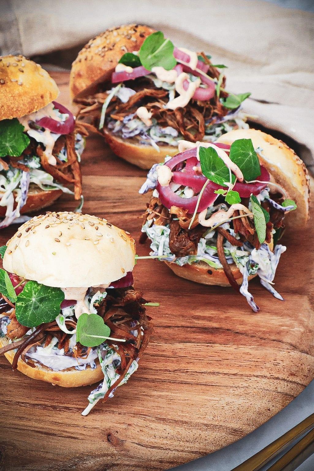 Pulled lamb burger - Opskrift med sprød og cremet kålsalat