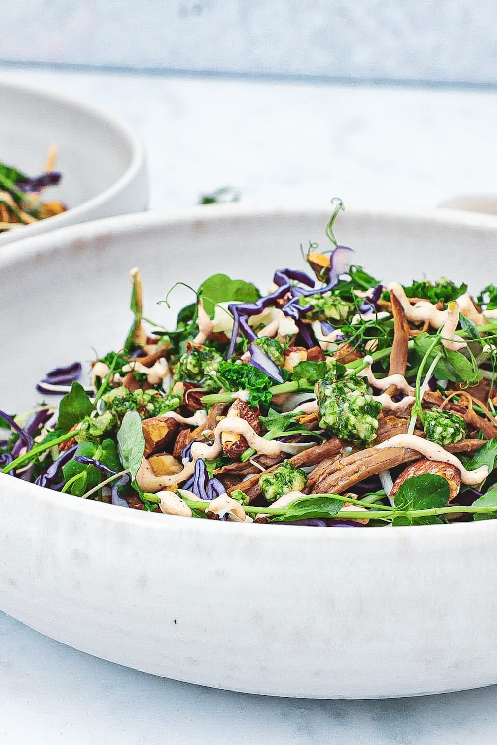 Pulled lamb bowl med kål, pesto og chilidressing