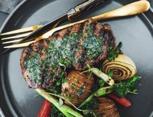 Bøf med kryddersmør, hasselback og bagte grøntsager