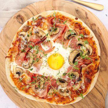 Pizza bismarck - Opskrift på skinke pizza med spejlæg