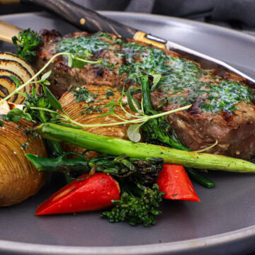 Fransk bøf - Opskrift på bøf med kryddersmør og hasselback