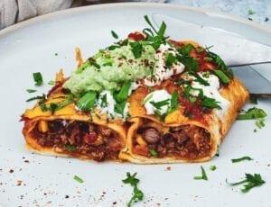Enchiladas med krydret oksekød og grøntsager