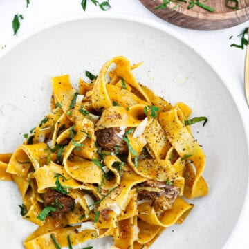 Braiserede oksehaler - Opskrift på oksehaleragout med pasta
