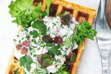 Vafler med laksesalat - Opskrift på mad vadler med laks