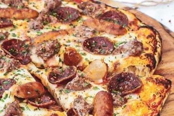 Pizza Meat Monster - Opskrift med oksekød, pepperoni og pølser