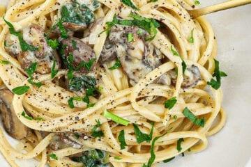 Pasta med svampe og flødesauce - Opskrift på cremet pasta