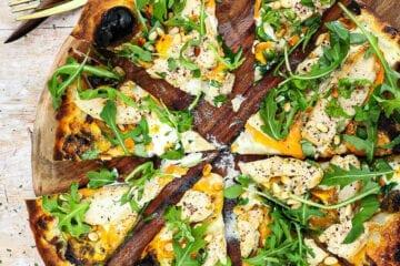 Pizza bianco med sød kartoffel og kylling - Opskrift på pizza