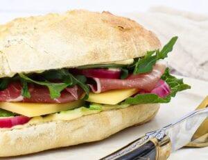 Sandwich med parmaskinke, pesto og sennepsmayo