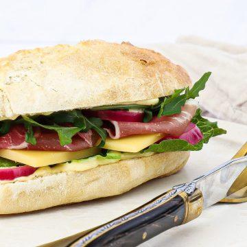 Parma sandwich - Opskrift på sandwich med vesterhavsost og sennepsmayo