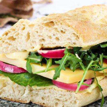 Sandwich med vesterhavsost - Opskrift med sennepsmayo