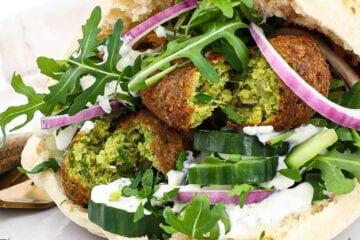 Pita med falafel - Opskrift på pitabrød med falafler