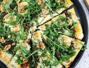 Pizza bianco med gedeost, pesto og valnødder