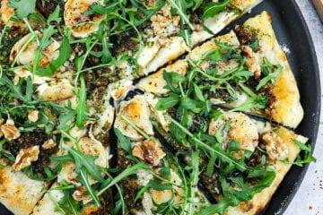 Pizza bianco med gedeost - Opskrift på pizza med gedeost