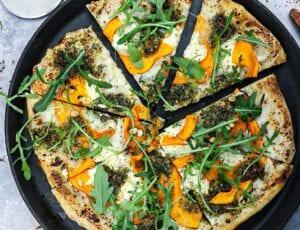 Pizza bianco med græskar, pesto og mascarpone