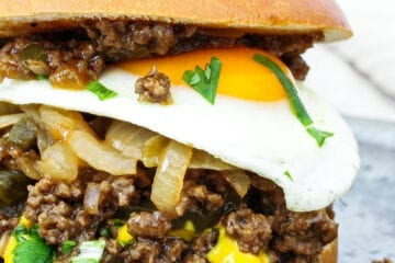 Millionbøf burger med spejlæg - Opskrift på snasket burger