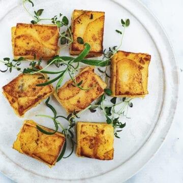 Pommes anna - Opskrift på kartofler i lag med kryddersmør