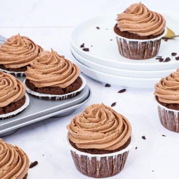 Chokolademuffins med nutella frosting - Opskrift på choko muffins