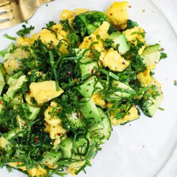Scrambled eggs med grøntsager - Opskrift på sund morgenmad