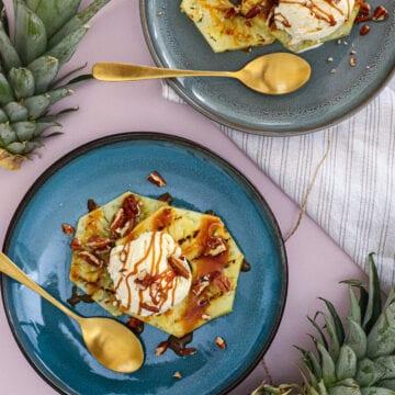 Grillet ananas med vaniljeis og karamelsauce - Opskrift på grillet dessert