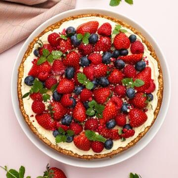 Mandelbunde med mascarponecreme og bær - Opskrift på skøn sommer dessert
