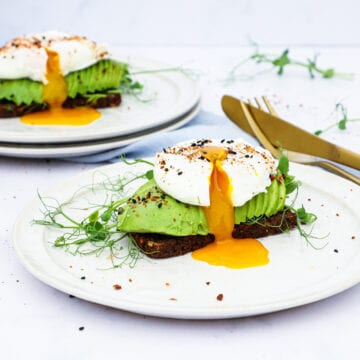 Pocheret æg og avocado - Opskrift på smørrebrød med pocheret æg