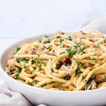 Cremet pasta med soltørrede tomater - Opskrift på nem pasta